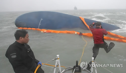 Submarinista civil saltando hacia el ferri Sewol hundido