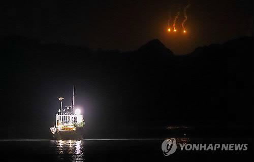 Lugar del naufragio del ferri Sewol iluminado de noche por bengalas